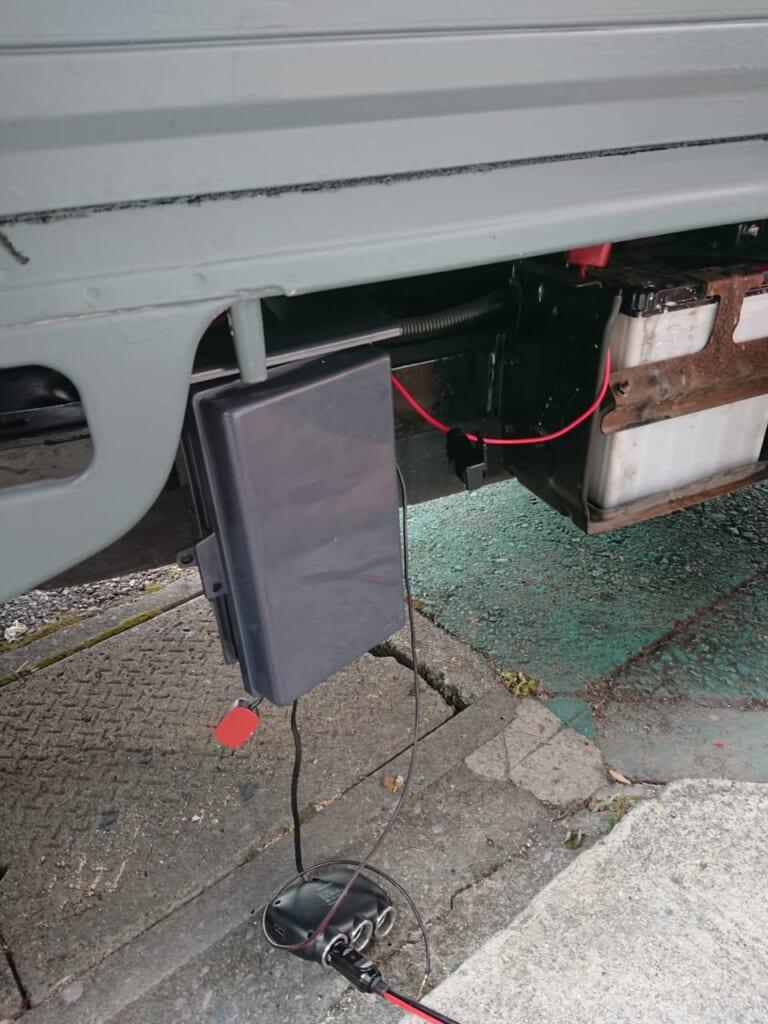 バッテリー横に電源BOXを取り付けできそうな場所があった