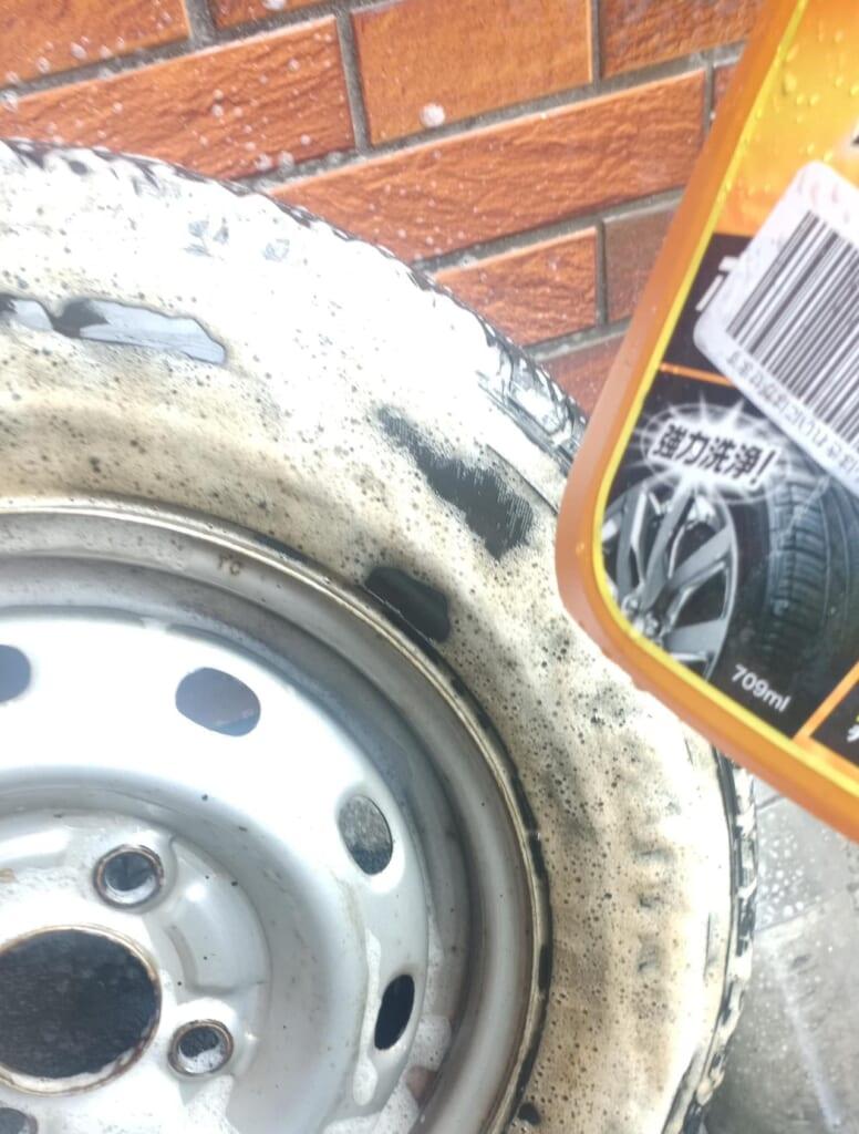 タイヤとホイールの汚れを落とす